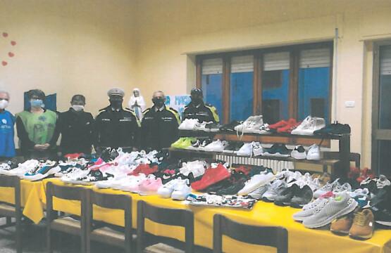 La Polizia Locale di Mattinata dona 110 paia di scarpe alla Caritas