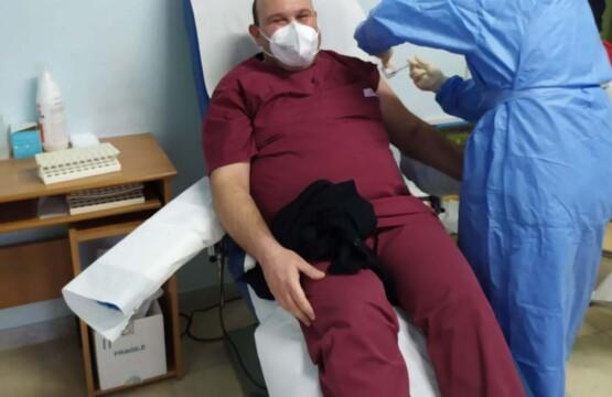 Michele Vitarelli mentre riceve il vaccino che lo immunizzerà dal Covid-19