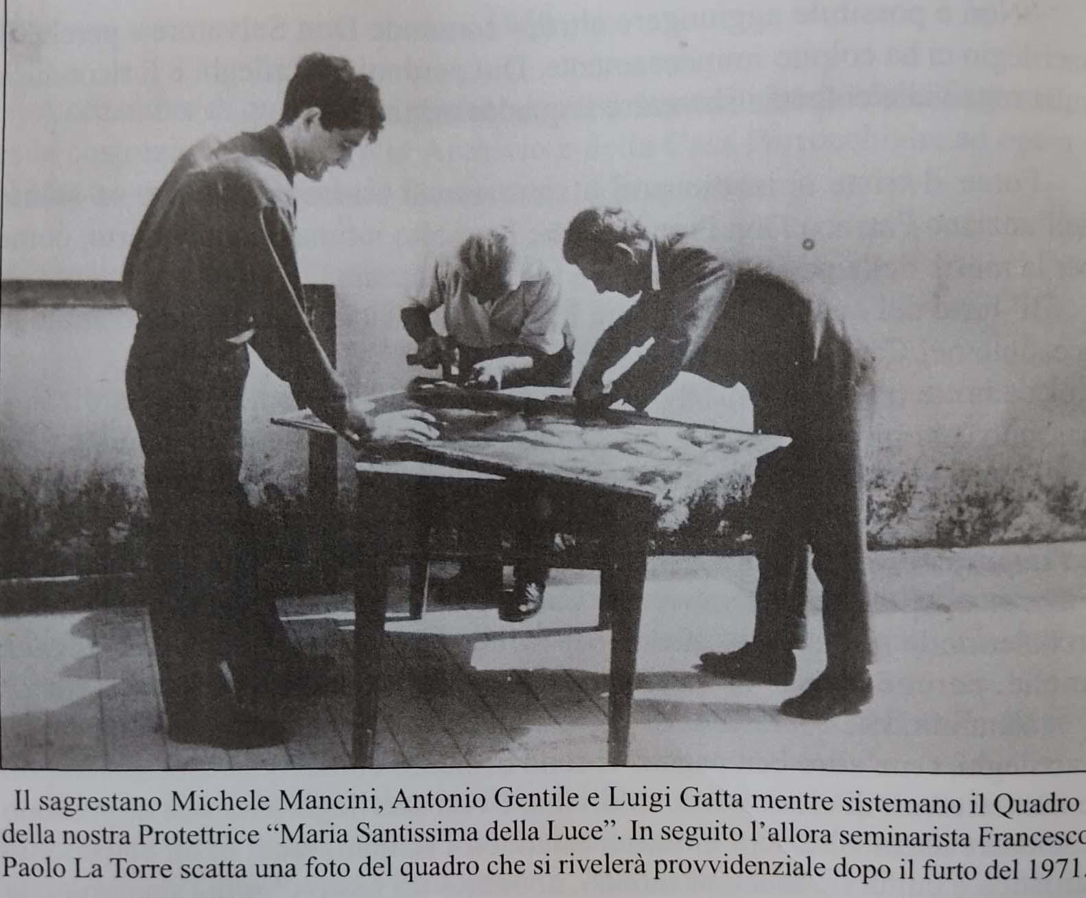 1965. Nell'atrio della sacrestia il seminarista don Francesco La Torre fotografa la tela originale aiutato da alcuni collaboratori, descritti nella didascalia